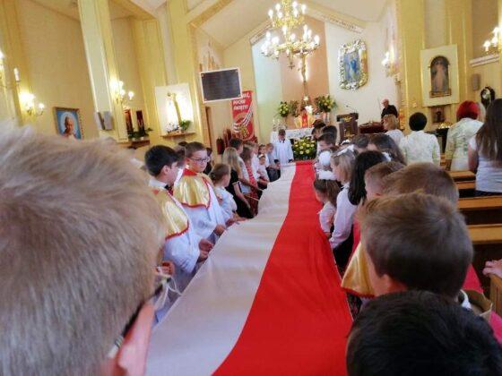 Dąb i tablica pamięci o bohaterskim kapłanie