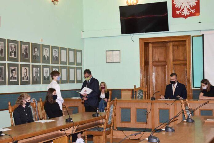 15 października w Sali Herbowej Urzędu Miasta Sanoka, odbyła się VII Sesja Młodzieżowej Rady Miasta Sanoka. W sesji oprócz młodych radnych uczestniczył przewodniczący Rady Miasta Sanoka Andrzej Romaniak.