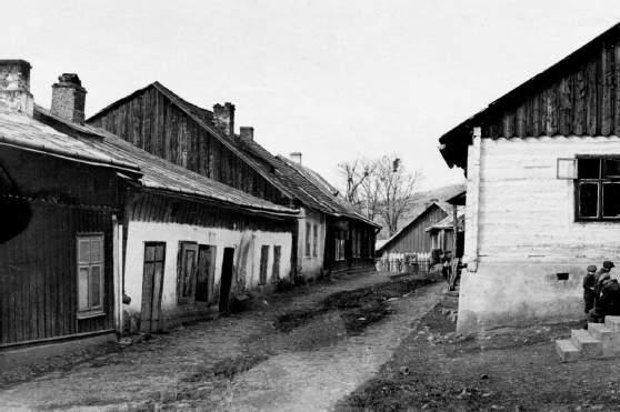 Fotografia przedstawia fragment dzielnicy żydowskiej z, nieistniejącymi już, zabudowaniami przy ul. Joselewicza (obecnie ten fragment nazywa się ul. Łazienną). Dzisiaj na tym terenie znajduje się ogródek jordanowski. 1937 r.