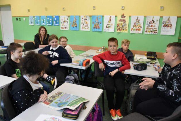 W minionym tygodniu zostaliśmy zaproszeni do klasy 5D w Szkole Podstawowej nr 3. Podczas zajęć języka polskiego opowiedzieliśmy o pracy w redakcji, zwróciliśmy uwagę w jaki sposób pisze się artykuły, jaki jest cykl życia gazety oraz jak wygląda przygotowanie gazety do druku. Spróbowaliśmy również stworzyć artykuł przy pomocy uczniów, którzy sami wybrali temat. W lekcji udział wzięli: Nikola, Oliwia, Maja, Tomek, Olaf, Hubert, Mateusz, Ksawery, Kacper, Maciek, Kinga, Emilka, Wojtek, Lena, Natalia, Dominika, Laura oraz Filip.