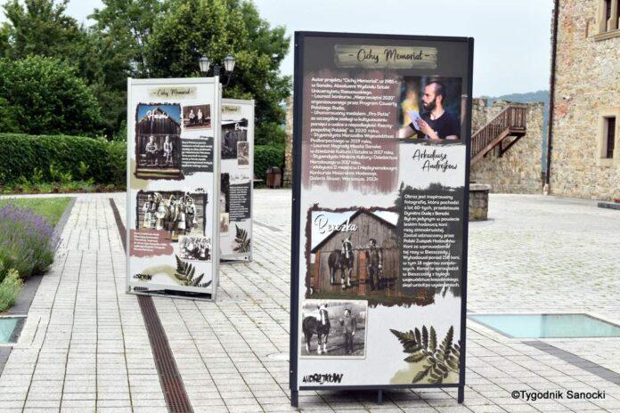 Cichy Memoriał - wystawa na dziedzińcu zamkowym